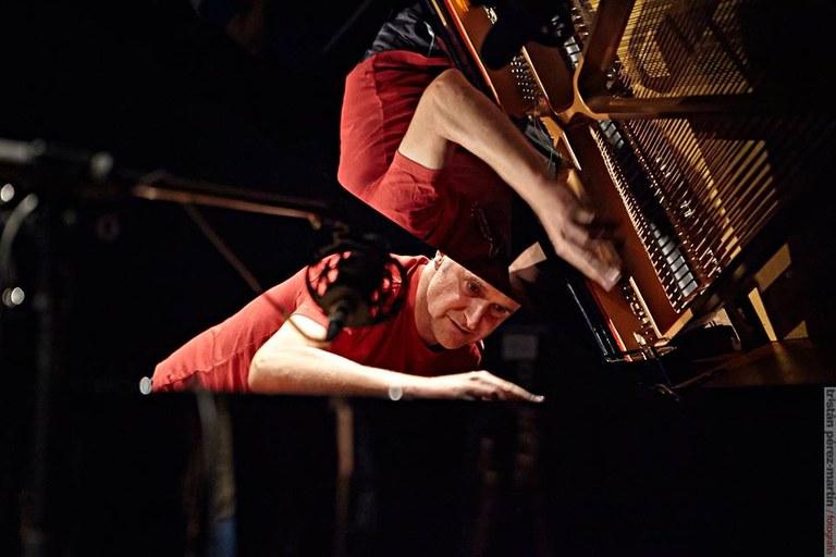 Alejandro_Rojas-Marcos_al_piano.jpg
