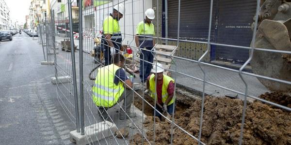 (03/08/2017) Emasesa inicia por tramos la construcción del nuevo colector de la calle Niebla dentro del amplio proyecto de inversión  en redes y en reurbanización en varias calles de Los Remedios