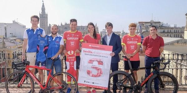 1.120 deportistas participan este domingo en el Triatlón Puerto de Sevilla, que bate récord de participación