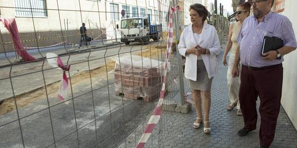 (10/08/2017) El Distrito Los Remedios y Emasesa ponen en marcha proyectos para la reurbanización y renovación de redes en las calles Virgen de la Victoria y Virgen de Regla con un presupuesto en torno a 200.000 euros