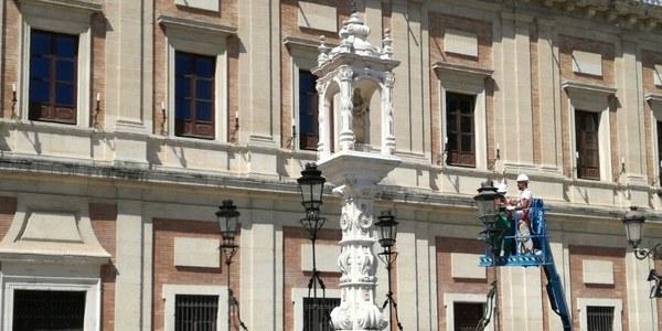 (12/08/2017) El Ayuntamiento lleva a cabo trabajos de conservación en el templete dedicado a Nuestra Señora del Patrocinio ubicado en la Plaza del Triunfo