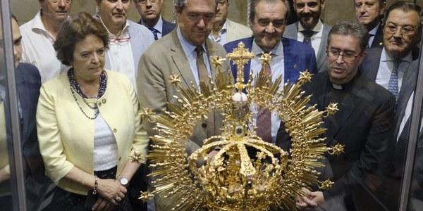 (15/9/2017)  El Ayuntamiento de Sevilla acoge desde hoy la exposición de estrenos con motivo de la Coronación Canónica de la Virgen de la Salud de San Gonzalo