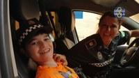 (16/07/2017) Policías locales y bomberos montan un operativo para permitir que un niño sevillano con una enfermedad rara cumpla su ilusión de montarse en un patrullero y en una escala