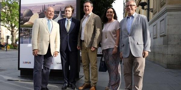 (18/072017) Espadas inaugura la muestra  fotográfica 'Cómo Expo'92  (in)fluyó en Sevilla' en la  Avenida de la Constitución