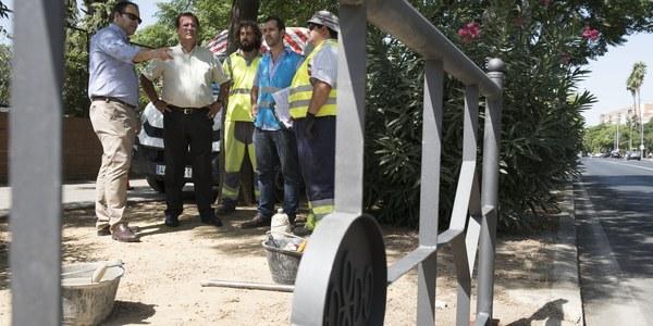 (20/08/2017) El Ayuntamiento de Sevilla refuerza la seguridad vial de los peatones en Eduardo Dato con la instalación de vallas a la altura del Colegio  Portaceli
