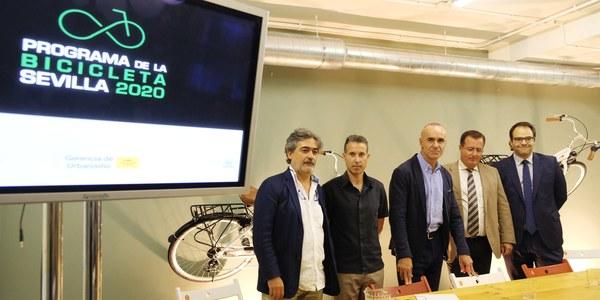 El nuevo plan de la bicicleta de Sevilla programa más aparcamientos para bicis, mejoras en los carriles y programas de fomento con el objetivo de duplicar los usuarios diarios de este medio de transporte