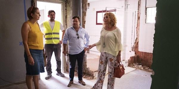 (26/8/2017)  El Ayuntamiento lleva a cabo la reforma integral de los aseos del colegio Ángel Ganivet y convierte la antigua portería en aula matinal
