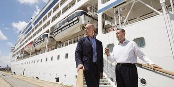 (29/5/2017) La estrecha colaboración entre el Ayuntamiento y el Puerto permite la captación del gran crucero Insignia que, con 900 pasajeros, llega por vez primera a Sevilla
