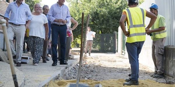 (30/8/2017) El Ayuntamiento invierte 1,2 millones de euros en Palmete en mejoras del colegio, reurbanización de calles y renovación de las redes de saneamiento y abastecimiento