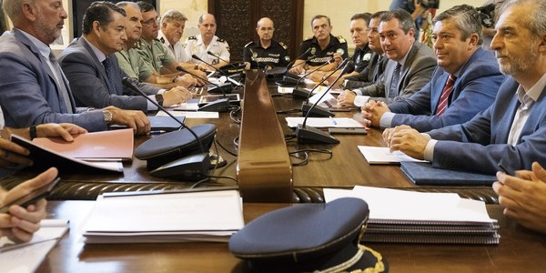 """(4/9/2017) El delegado del Gobierno y  el alcalde de Sevilla acuerdan nuevas medidas de seguridad """"estables"""" y refuerzo de  la presencia policial"""