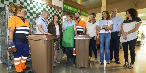 (6/7/2017)El Ayuntamiento comienza  en los mercados la implantación de la recogida selectiva de biorresiduos que después se extenderá al resto de la ciudad