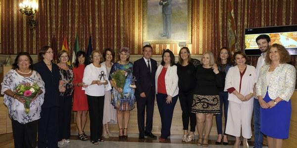 Antonia Corona Aguilar y la Asociación de Mujeres Azahar reciben los XX Premios a la Mujer del Ayuntamiento de Sevilla