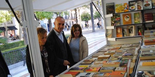 Arranca la Feria del Libro Antiguo y de Ocasión en la Plaza Nueva, donde permanecerá hasta el próximo 10 de diciembre