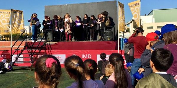 Centenares de alumnos y residentes participan en el encuentro ciudadano del Polígono Sur con motivo del 25N, Día Internacional contra la Violencia hacia las Mujeres