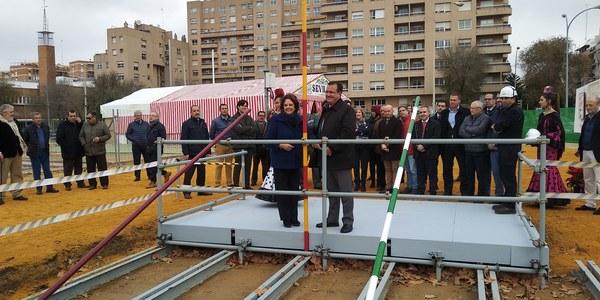 Comienza la construcción de la portada de la Feria de Abril de 2019, inspirada en el edificio del 29 del Teatro Lope de Vega y del Casino de la Exposición