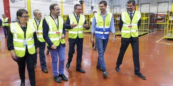 El alcalde de Sevilla y el consejero de Fomento y Vivienda visitan la nueva estación logística de Amazon en Sevilla, la primera de Andalucía