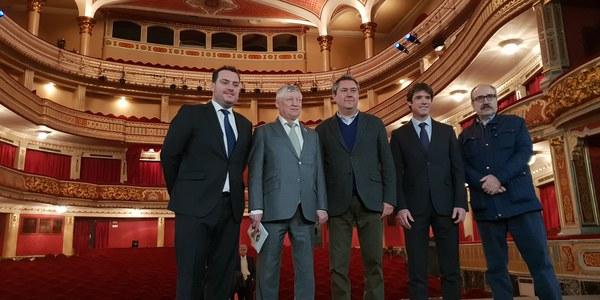 El alcalde Juan Espadas recibe a Anatoli Karpov en el 31 aniversario del Mundial de ajedrez que disputó frente a Gari Kasparov en el Teatro Lope de Vega