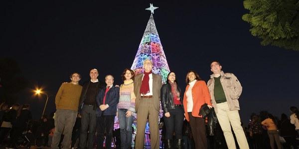 El árbol de Navidad del Polígono Sur se ilumina
