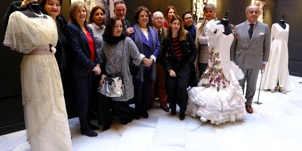El Ayuntamiento acoge hasta el próximo 18 de enero la exposición 'Sevilla se viste de costura', una muestra sobre el mundo de la moda