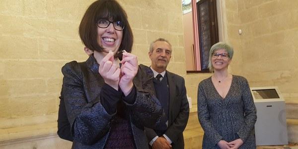 El Ayuntamiento acoge la entrega del premio 'Arte por la Vida que reconoce a Águeda Izquierdo, primera trasplantada de Andalucía por cardiopatía congénita