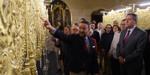 El Ayuntamiento acoge la exposición del nuevo palio de la Hermandad de San Pablo realizado en los talleres de Charo Bernardino según un diseño de Javier Sánchez de los Reyes