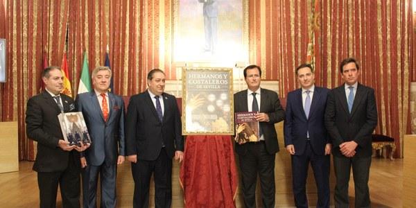 El Ayuntamiento acoge la presentación de la primera enciclopedia sobre el mundo de los capataces, auxiliares y costaleros de la Semana Santa de Sevilla