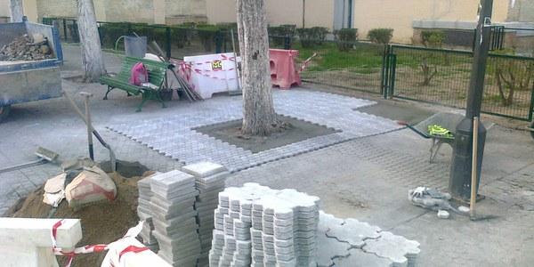 El Ayuntamiento acomete obras  de mejora en la plaza de la barriada de Rochelambert que se rotulará con el nombre del líder vecinal Antonio Pozuelo Méndez