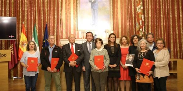 El Ayuntamiento celebra un acto de homenaje a la plantilla municipal represaliada durante la Guerra Civil y dictadura franquista y entrega las actas de reparación a sus familiares