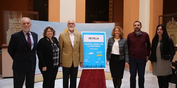El Ayuntamiento coloca señalíticas que distinguen a Sevilla como Ciudad Amiga de la Infancia por parte de UNICEF en cuatro vías de entrada de acceso a Sevilla y en Puerta de Jerez
