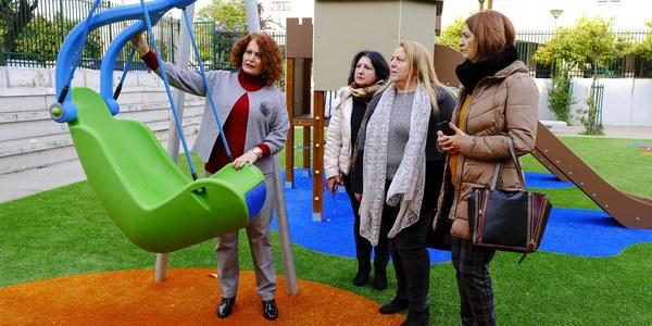 El Ayuntamiento concluye el primer parque infantil del distrito Este-Alcosa-Torreblanca con un nuevo diseño que recrea un castillo de juguetes y con columpios para menores con diversidad funcional