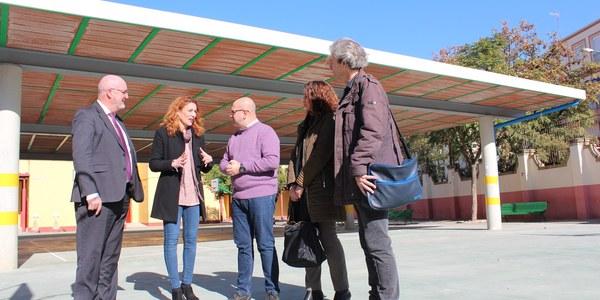 El Ayuntamiento concluye las obras de construcción de una cubierta para la creación  de un espacio de sombra en el colegio Arias Montano que ha contado con un presupuesto de 106.000 euros