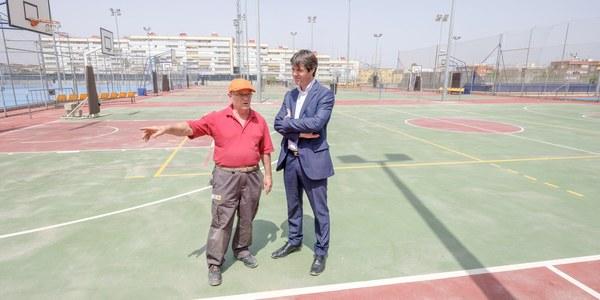 El Ayuntamiento concluye las tareas de refuerzo y reinstalación de 18 torres de  iluminación del Centro Deportivo Hytasa