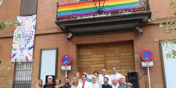 El Ayuntamiento conmemora el 40 aniversario del primer mitin y la primera manifestación por la libertad sexual en Andalucía con el despliegue de la bandera LGTBI en la sede del Distrito Casco Antiguo