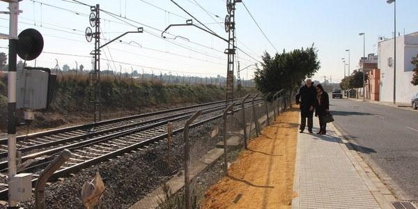 El Ayuntamiento construye otro tramo de acera en la Avenida de Jerez para facilitar el acceso al apeadero de Renfe y reasfaltará toda esta vía de Bellavista con pavimento fonorreductor para reducir el ruido del tráfico