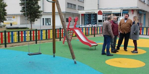 El Ayuntamiento construye una nueva zona de juegos infantiles en la calle Eduardo Torres, en Nuevo Amate
