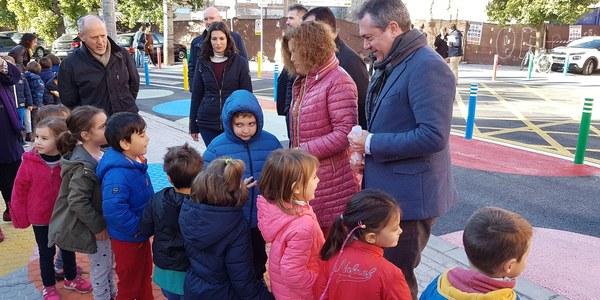 El Ayuntamiento culmina el primer proyecto de itinerario escolar peatonal y ciclista seguro en el CEIP Sor Ángela de la Cruz con el objetivo de ampliarlo a otros centros educativos