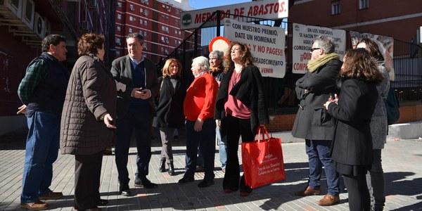 El Ayuntamiento culmina la micropeatonalización del entorno del mercado de abastos de Los Remedios consensuada con placeros, comercios y residentes