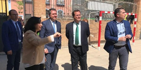 El Ayuntamiento culmina una micropeatonalización, elimina las barreras arquitectónicas e instala nuevos elementos de sombra en los patios en el CEIP Altos Colegios Macarena