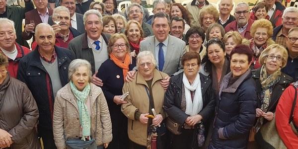 El Ayuntamiento de Sevilla elige mediante un sorteo público a los diez mayores de 65 que participarán en el acto del Alumbrado de la Feria de Abril de 2018