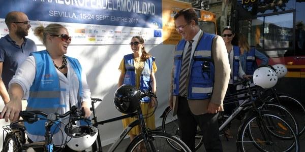 El Ayuntamiento de Sevilla es el primer Consistorio de España en sumarse a 'In Bikes We Trust', una campaña que sustituye el coche oficial por bicicletas en desplazamientos oficiales cortos en la ciudad