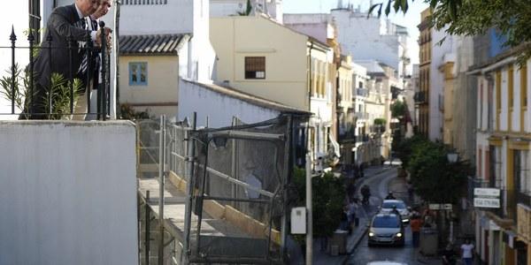 El Ayuntamiento de Sevilla interviene en el muro de San Laureano para dar solución a los problemas de humedad que presenta este elemento