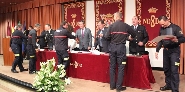 El Ayuntamiento de Sevilla reconoce el esfuerzo y los años de servicio de 41 bomberos y a 79 colaboradores en su formación y 5 entidades y personas con especial vinculación al Cuerpo