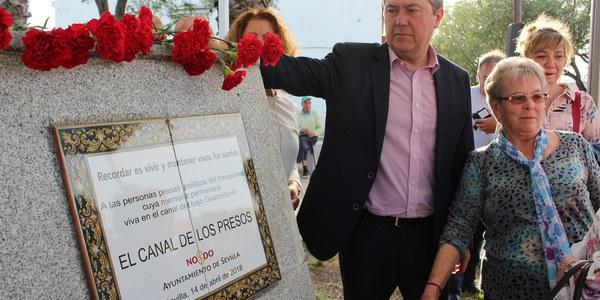 El Ayuntamiento de Sevilla recuerda con un monolito a los represaliados del franquismo obligados a trabajar en el Canal de los Presos en Torreblanca