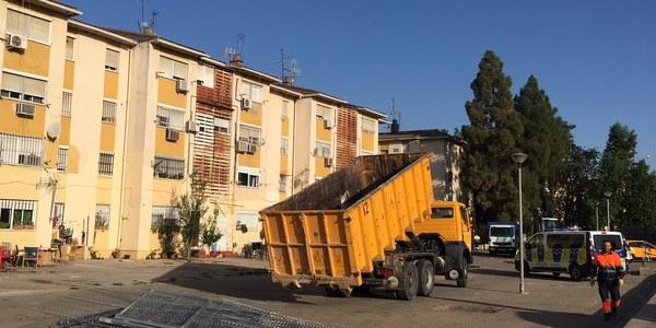 El Ayuntamiento derriba otros diez patios ilegales adosados a viviendas en el Polígono Sur para recuperar el espacio público y la convivencia vecinal