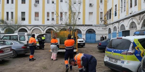 El Ayuntamiento despliega un dispositivo integral de seguridad, limpieza y control de actividades irregulares y de enganches de luz y de agua ilegales en el Edificio Pinillos