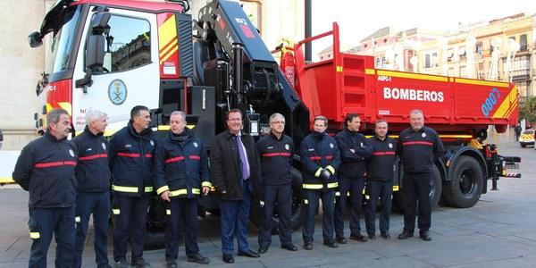 El Ayuntamiento destina 380.000 euros a un novedoso vehículo grúa y portacontenedores para los Bomberos de Sevilla que se enmarca en la inversión de 5 millones realizada en este servicio a lo largo del mandato