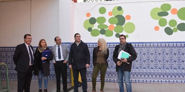 El Ayuntamiento destina 50.000 euros a la reforma del patio del colegio San Isidoro que cuenta con aseos renovados, una zona para juegos infantiles y nuevos equipamientos deportivos