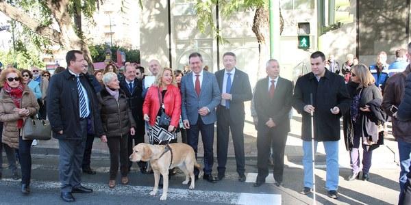 El Ayuntamiento duplicará los cruces semafóricos accesibles para personas ciegas con un nuevo dispositivo en colaboración con la ONCE