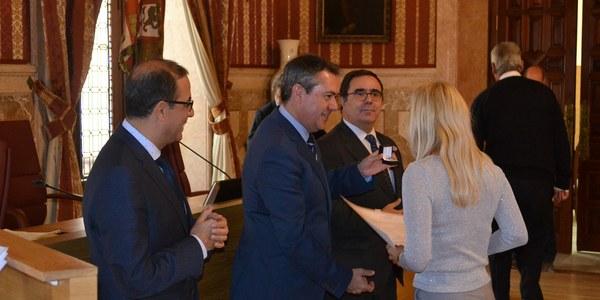 El Ayuntamiento entrega 36 premios de reconocimiento a los mejores expedientes académicos  del curso 2015/16 de la Universidad de Sevilla y de la  Pablo de Olavide