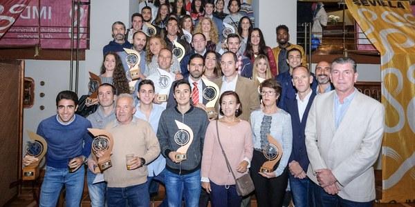 El Ayuntamiento entrega los trofeos a los ganadores en el circuito de carreras populares #Sevilla10 en la ceremonia de clausura